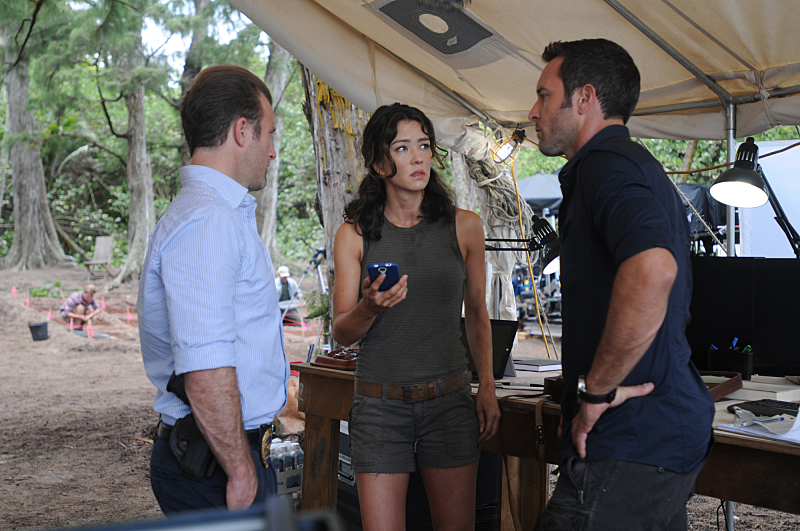 """""""Mai ho`oni i ka wai lana mâlie"""" -- A murder leads Five-0 to investigate a centuries old pirate story involving buried treasure and a killer who is using the back of a stolen painting as a map on the sixth season premiere of HAWAII FIVE-0, Friday, Sept. 25, 2014 (9:00-10:00, ET/PT), on the CBS Television Network. (*""""Mai ho`oni i ka wai lana mâlie"""" is Hawaiian for """"Do Not Disturb the Water that is Tranquil""""). From left, Danny """"Danno"""" Williams (Scott Caan), Dr. Isabelle Lono (Vedette Lim) and Steve McGarrett (Alex O'Loughlin), shown. Photo: Norman Shapiro/CBS ©2015 CBS Broadcasting, Inc. All Rights Reserved"""